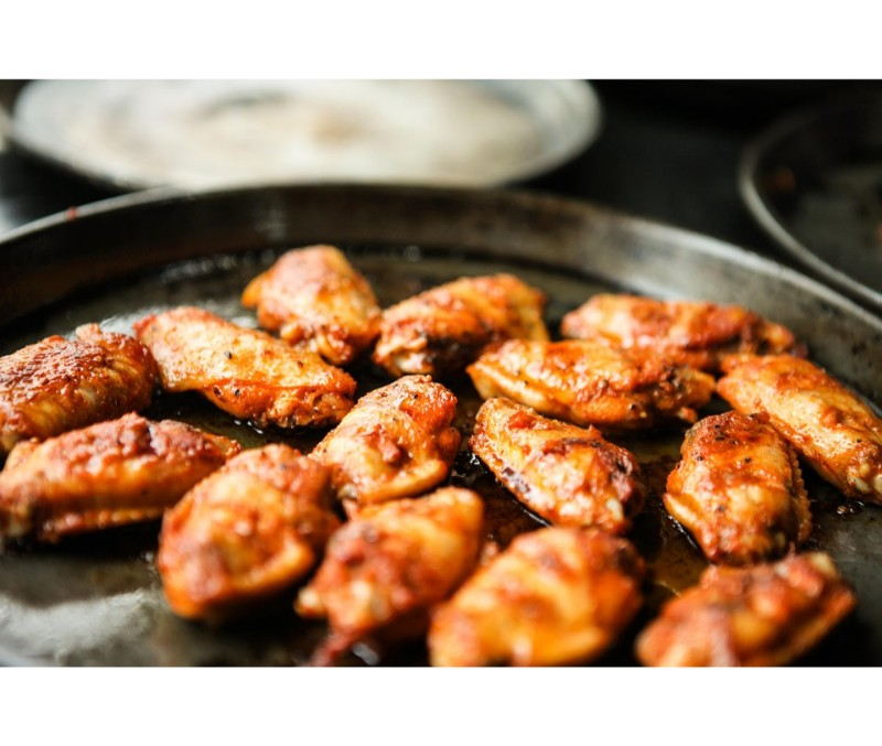 Alita de pollo adobada cruda (1 caja de 2,5 kg)